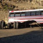 El autobús perdió las llantas traseras y después provocó un fuerte congestionamiento en el lugar. (Foto: CBV)