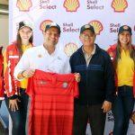 El presidente del club, Estuardo Barrios, –sueter azul- y Manuel Castillo, de corporación Shell en la presentación oficial. (Foto: Carlos Ventura)