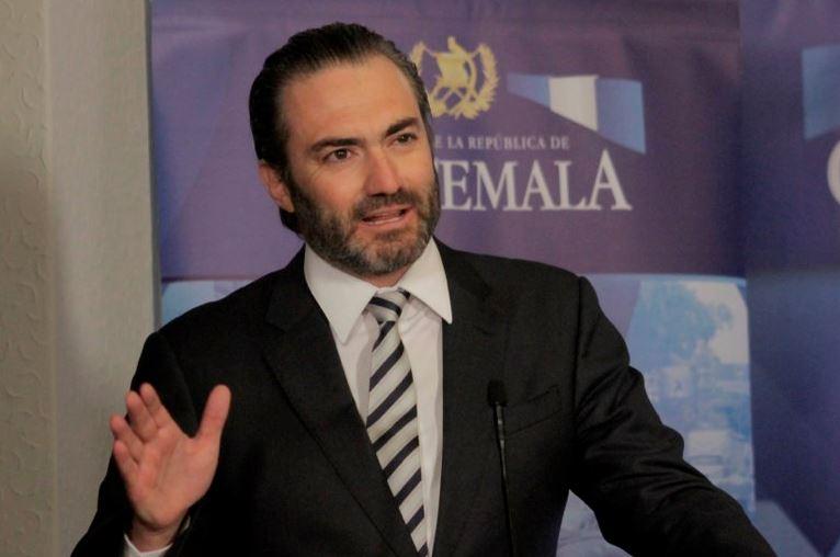 La Fiscalía Especial Contra la Impunidad -FECI-, busca Acisclo Valladares Urruela, exministro de economía, involucrado en actos de corrupción. (La Hora)