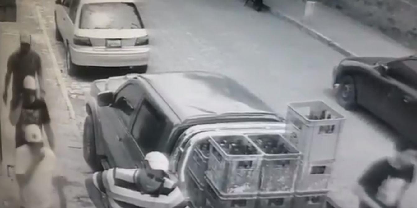 El video muestra el momento exacto cuando un hombre muere al oponerse al robo de su celular. (Foto: Captura de pantalla)