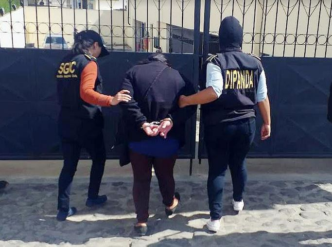 Una mujer fue capturada por intentar introducir droga a la cárcel de Cantel, Quetzaltenango. (Foto: PNC)
