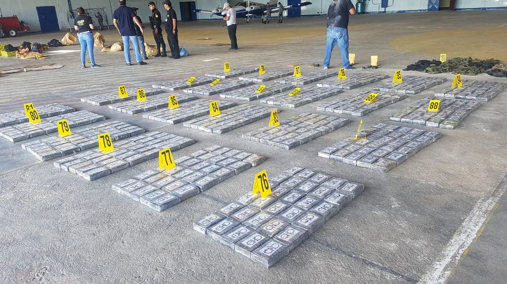 La droga que fue transportada en una aeronave hasta Guatemala, posteriormente fue localizada en vehículos. (Foto; MP)