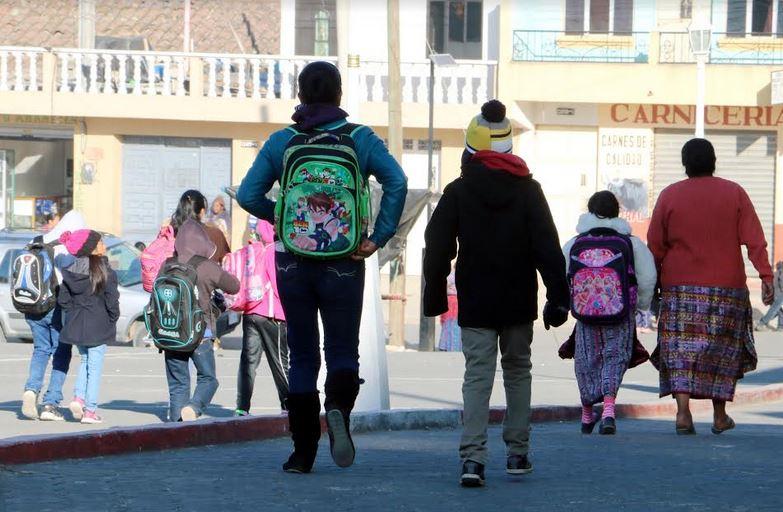 Las autoridades recomiendan abrigar a los niños estudiantes que retornarán a sus clases este 8 de enero. (Foto: Carlos Ventura)