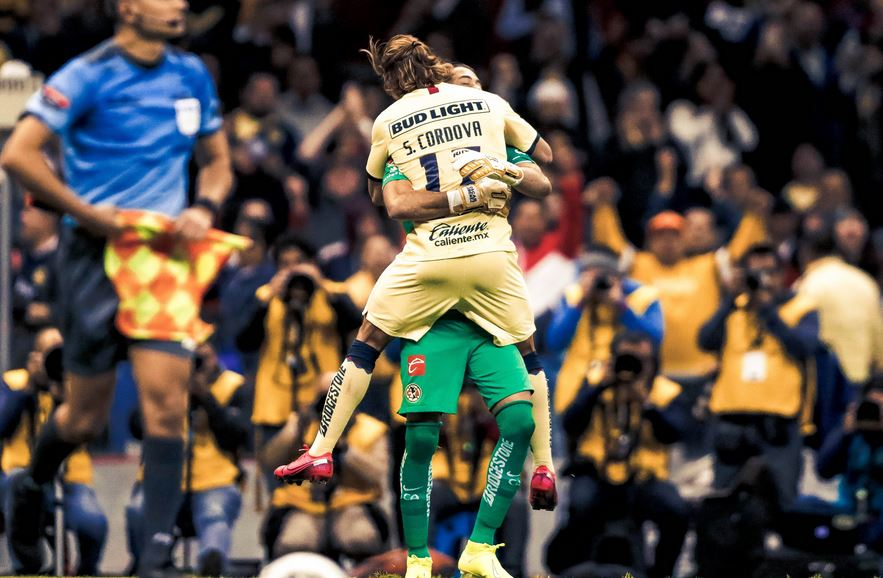 El portero del América Oscar Jiménez se abraza con Sebastián Córdoba después de derrotar en tanda de penaltis a Comunicaciones. (Foto: Club América)