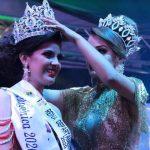 Dulce Montepeque, de San Gabriel, le coloca la corona a Ana Granados, nueva reina departamental del Carnaval Mazateco 2020. (Foto: Cristian Soto)