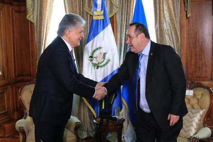 El presidente Alejandro Giammattei se estrecha la mano con Miroslav Jenca, el subsecretario general de Asuntos Políticos de la ONU, en el Palacio Nacional de la Cultura. (Foto: AGN)