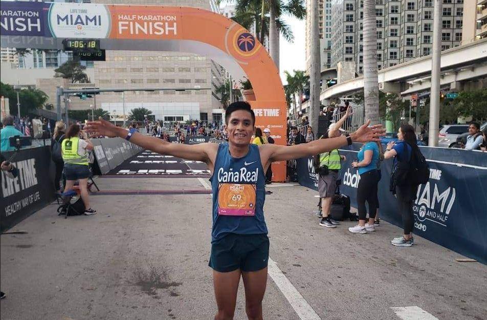 Mario Pacay sonríe después de cruzar la meta del medio maratón internacional de Miami, en el que terminó en tercer lugar. (Foto: Twitter)