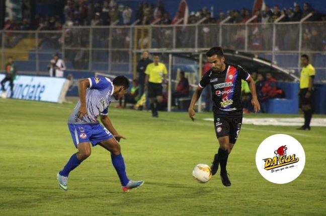 Alexis Mata de Xelajú conduce la pelota frente a la marca de Antony Torres del Deportivo Iztapa. (Foto: Cortesía Xelajú MC)