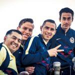 Los jugadores del América sonríen antes de abordar el avión que los trasladó a Guatemala. (Foto: Club América)