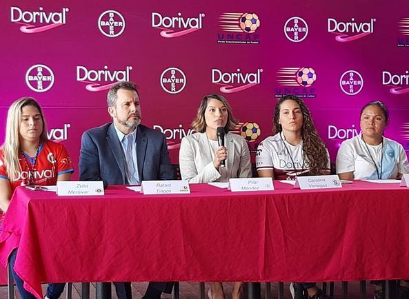 Zulia Menjivar (FAS), Rafael Tinoco, presidente de UNCAF, Pilar Méndez, gerente de marca de Dorival, Paola Venegas (Saprissa) y Gloria Aguilar, seleccionada de Guatemala. (Foto: Milton Meléndez)