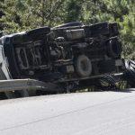 Dos personas resultaron heridas en un accidente en el que un camión volcó en la Ruta a Las Verapaces. (Foto: Bomberos Municipales Departamentales)