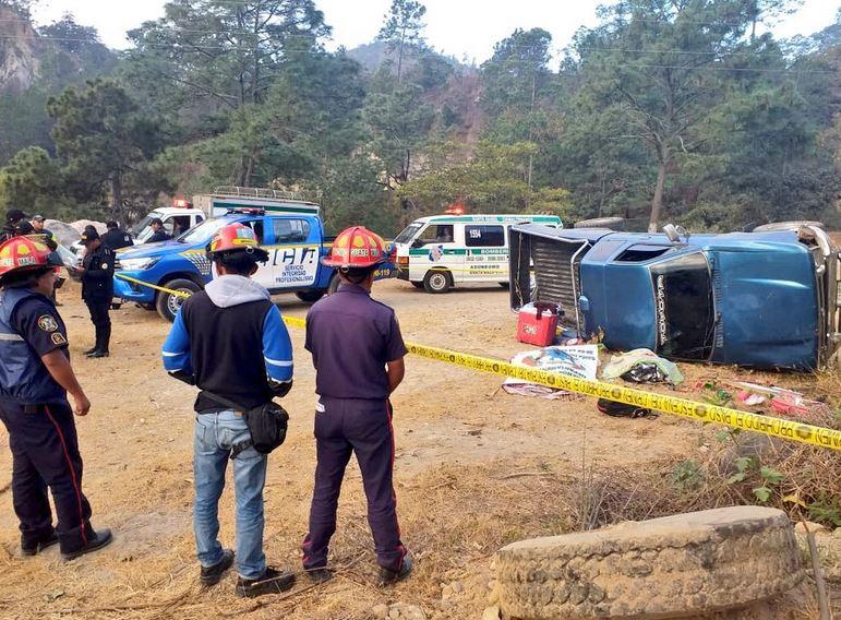 El accidente donde fallecieron dos mujeres y una niña ocurrió en el kilómetro 63 ruta a San Martín Jilotepeque, Chimaltenango. (Foto: Bomberos Municipales Departamentales)