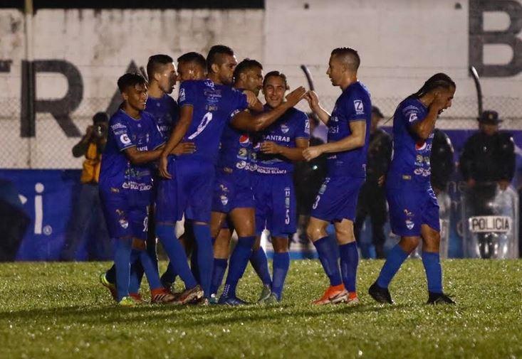 Cobán Imperial derrotó a Siquinalá con un penalti cobrado por Erwin Morales en el primer tiempo. (Foto: Eduardo Sam)