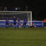 Los jugadores de Antigua celebran el segundo gol del juego anotado por Cristian Ojeda, ante la descepción de los jugadores de Cobán Imperial. (Foto: Eduardo Sam)
