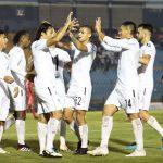 Los jugadores de Comunicaciones celebran y felicitan a Agustín Herrera después de anotar el único gol del juego contra Malacateco. (Foto: Twitter Comunicaciones)