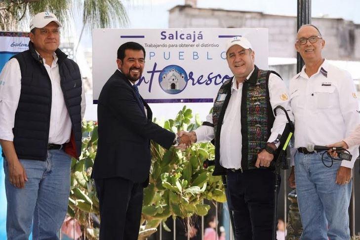El presidente Alejandro Giammatei, junto con el alcalde de Salcajá, Miguel Ovalle, inaugurarón el proyecto Pueblos Pintorescos. (Foto: Carlos Ventura)