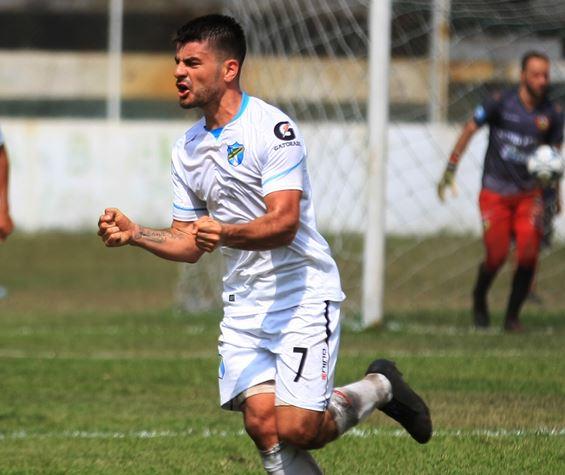 El uruguayo Maximiliano Lombardi celebra el 2-1 que anotó para Comunicaciones en el duelo contra Sanarate. (Foto: Comunicaciones FC)