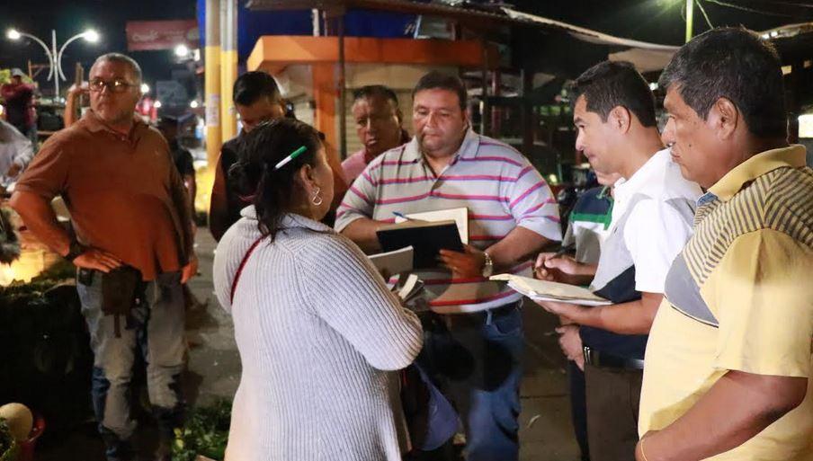 Los miembros del Concejo Municipal llegaron de madrugada a conversar con los inquilinos de los mercados de Mazatenango. (Foto: Cristian Soto)
