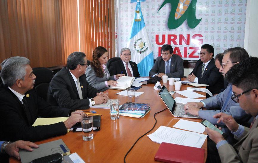 El titular de la SAAS asistió a una reunión en el Congreso de la República, lugar donde dio a conocer los hallazgos en la institución. (Foto: URNG MAIZ)