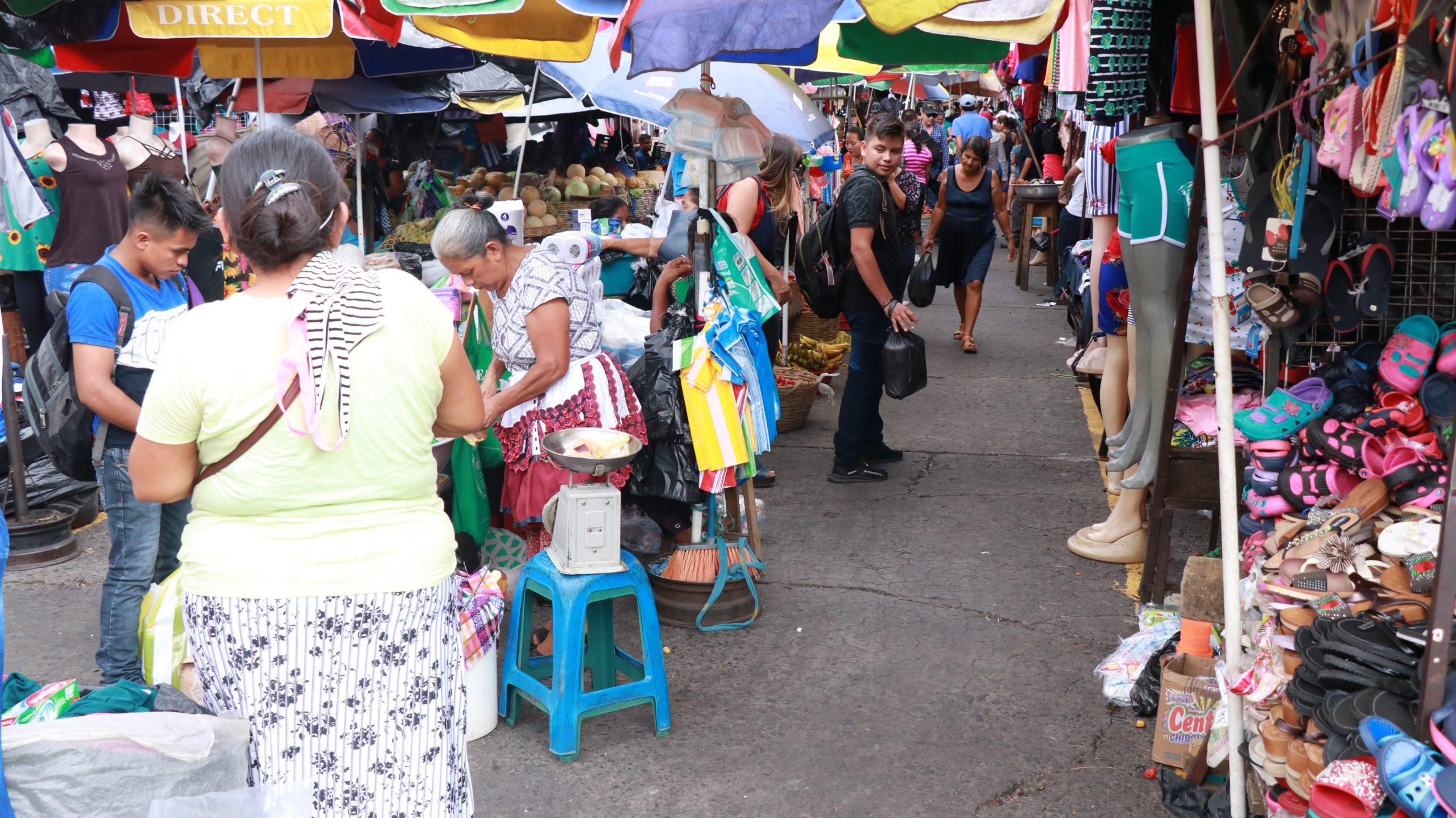 Los comerciantes aseguraron que el coronavirus también los ha afectado. Este martes reportaron una baja en las ventas, en el horario vespertino en Suchitepéquez. (Foto: Cristian Soto)