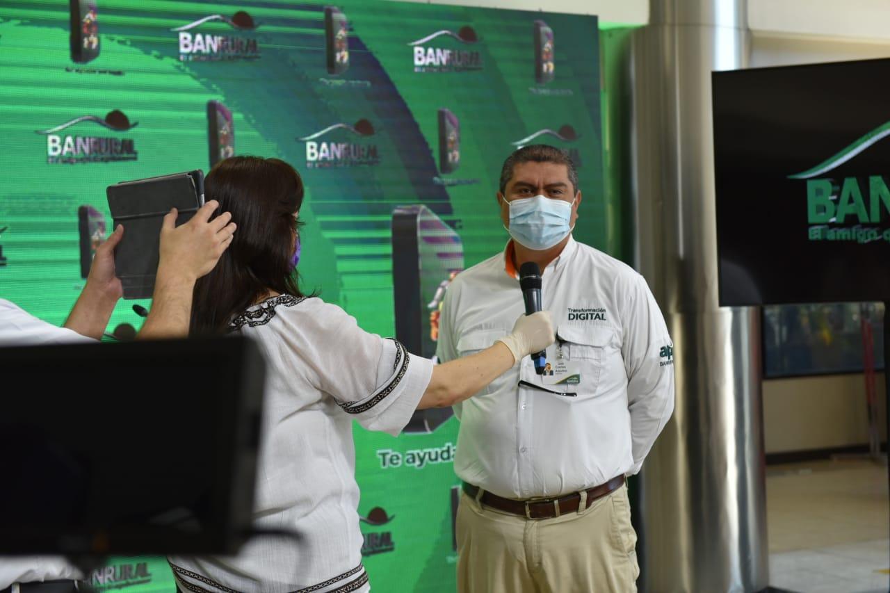 Carlos Aquino, director de canales electrónicos de BAnrural, habla de la nueva aplicación digital, Súper Amigo. (Foto: Cortesía)