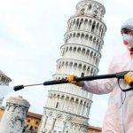 Una persona fumiga en las cercanías de la catedral de Pisa, situada en la plaza del Duomo de Pisa, como medida de prevención a la propagación del COVID-19 en Italia. (Foto: Cuba Si)