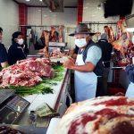 Ángel Gómez, gerente de carnicerías El Taurino y su personal usan mascarillas para atender a sus clientes. (Foto: Carlos Ventura)