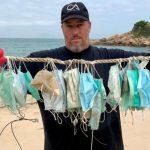 Gary Stokes de OceansAsia, muestra algunas mascarillas recogidas en las playas de las islas Soko. (Foto: Oceans Asia)
