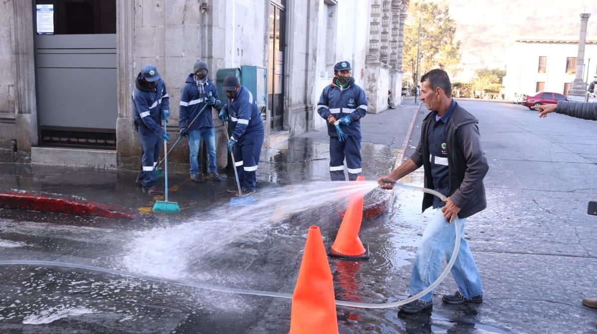 Una cuadrilla de empleados realizó lavado con detergente y cloro calles y avenidas alrededor del parque central de Quetzaltenango. (Foto: Municipalidad de Quetzaltenango)