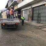 Trabajadores de la Municipalidad de Cobán realizan la fumigación de las calles del carco urbano. (Foto: Eduardo Sam)