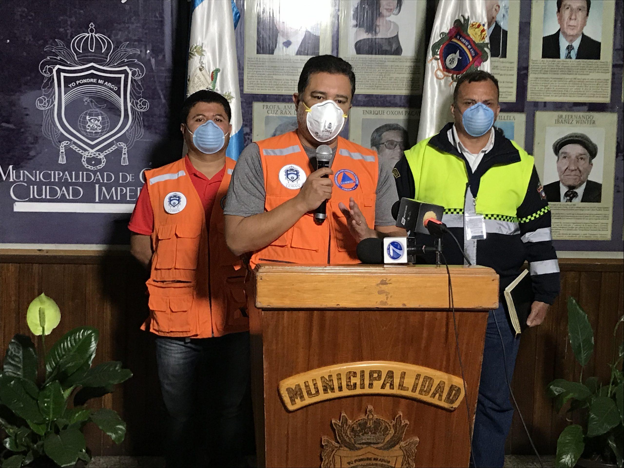 El alcalde de Cobán, Leonel Chacón Barrios, habla durante la conferencia de prensa en la que dio a conocer que la Municipalidad no puede dejar de atender los servicios básicos de la población. (Foto: Eduardo Sam)