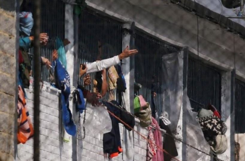 Los preseos alegaban por mejores condiciones en la prevención del Covid-19 en la Cárcel Modelo de Bogotá, Colombia. (Foto: El Informante)
