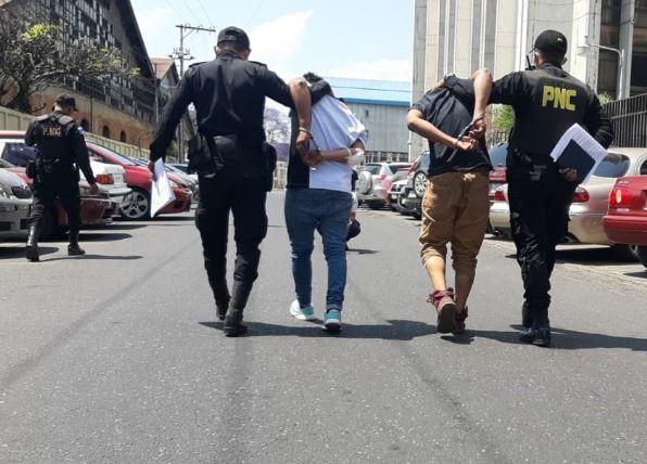 Los dos capturados por la PNC fueron trasladados ante un juez a resolver su situación. (Foto: PNC)