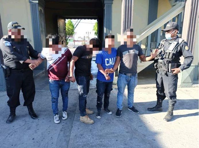 La PNC reportó hasta hoy, que se registran casi tres mil capturados por no respetar el toque de queda. (Foto: PNC)
