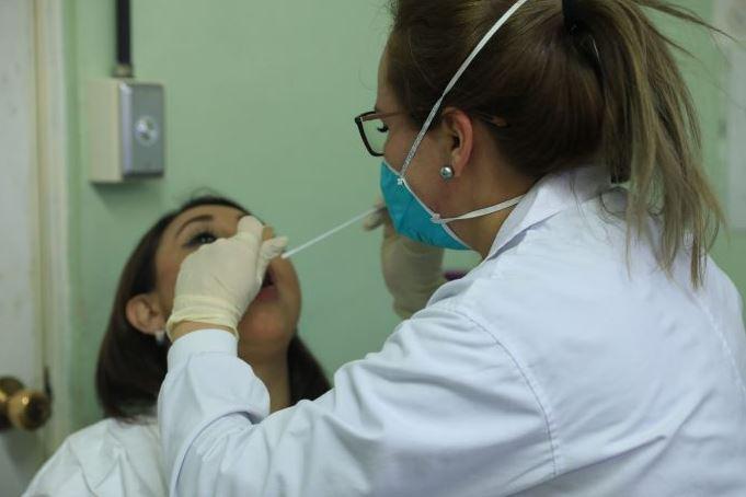 Para realizar las pruebas de Coronavirus se hace por medio de hisopado, tanto en el área de la boca como por la nariz. (Foto: AGN)