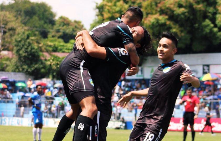 El mexicano Agustín Herrera carga en brazos al volante Jorge Aparicio quien anotó el primer doblete de su carrera en la victoria de Comunicaciones. (Foto: Comunicaciones FC)