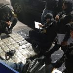 Autoridades de la PNC hacen el conteo del dinero en San Cristóbal Totonicapán. (Foto: PNC)