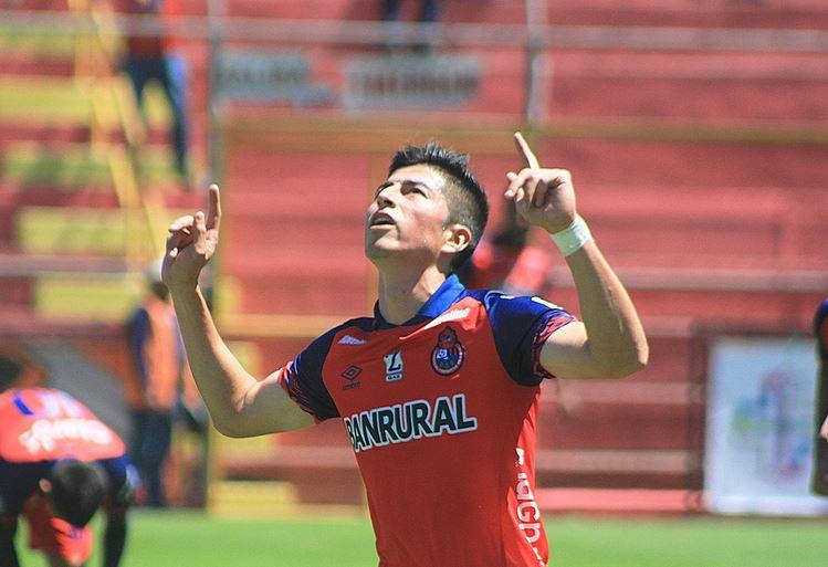 El volante de Municipal, Frank de León, celebra después de anotar el segundo tanto de los rojos contra Cobán Imperial. (Foto: CSD Municipal)