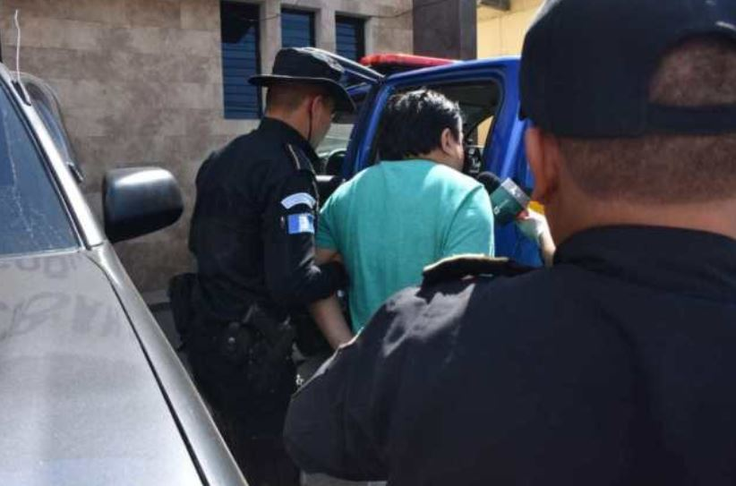 El médico Rodolfo García quedó ligado a proceso penal por dos delitos luego de ofrecer una campaña médica con la vacuna contra el Covid-19. (Foto: PNC)