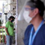 Un grupo de personas intentó quemar la casa de una familia contagiada de COVID-19, en Chile. (Foto: EFE)