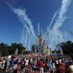 Disney World anunció la suspensión de 43 mil trabajadores si salarios debido a la pandemia del COVID-19. (Foto: EFE)