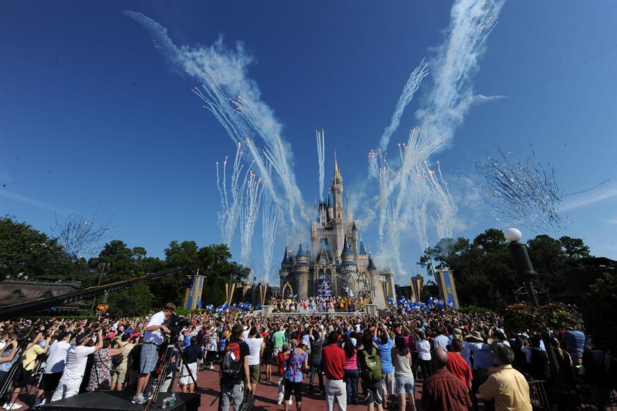 Disney World anunció la suspensión de 43 mil trabajadores si salarios debido a la pandemia del COVID-19. (Foto: EFE)