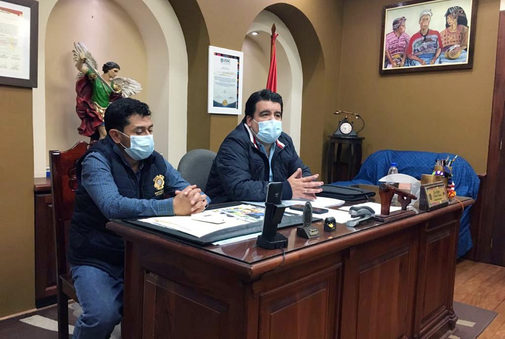 El alcalde municipal, Luis Herrera, -derecha- solicitó ayuda al presidente Alejandro Giammattei para personas en pobreza y extrema pobreza en Totonicapán. (Foto: Carlos Ventura)