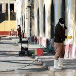 Personal de la municipalidad lavan en los alrededores del Cementerio General en la zona 1 de Xela. Los mercados también son lavados. (Foto: Municipalidad de Quetzaltenango)