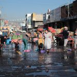 Personal de la Municipalidad recibió la colaboración de vendedores en el lavado de las calles aledañas al mercado. (Foto: Carlos Ventura)