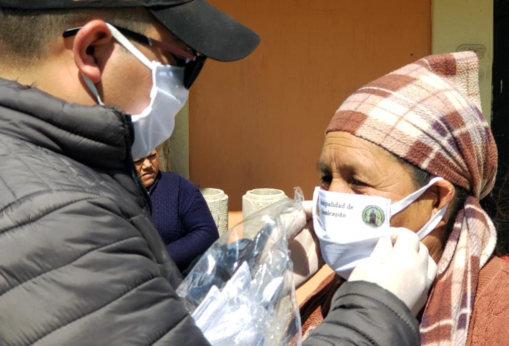 Una señora recibe una de las mascarillas que entregó la municipalidad de Totonicapán. (Foto: Carlos Ventura)