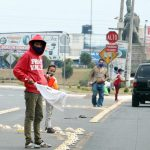 Personas salen con banderas blancas en Quetzaltenango para solicitar ayuda por falta de alimentos, debido a la pandemia del COVID-19. (Foto: Carlos Ventura)