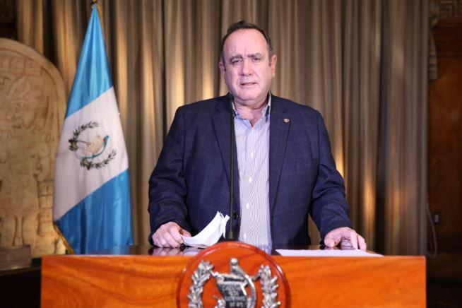 El presidente Alejandro Giammattei durante su mensaje presidencial de este lunes 20 de abril sobre el COVID-19. (Foto: SCSP)