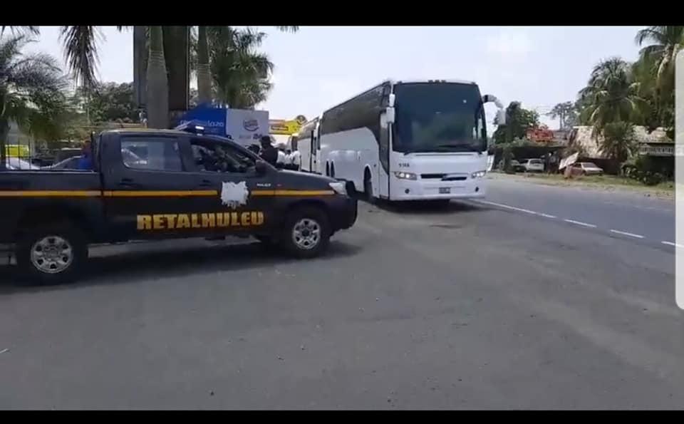 Los deportados que viajaban en cuatro buses a Quetzaltenango se escaparon en Retalhuleu. (Foto: Cristian Soto)