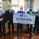 Representantes de Micoope entregaron al presidente Giammattei el donativo para unirse a la lucha contra el COVID-19. (Foto: AGN)